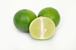 Fruit de citron ou de chaux avec à moitié en coupe sur le blanc Photos libres de droits