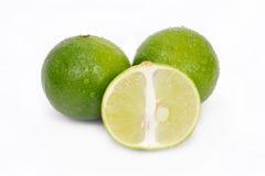 Fruit de citron ou de chaux avec la section à moitié en coupe et partielle Photos libres de droits