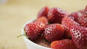 Fruit de fraise dans la cuvette blanche, chariot tiré banque de vidéos