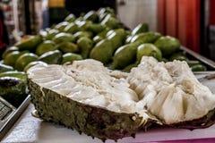 Fruit de Guanabana de corossol hérisse coupé dans la moitié photos libres de droits