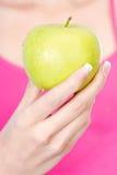 Fruit in de hand van de vrouw stock afbeelding