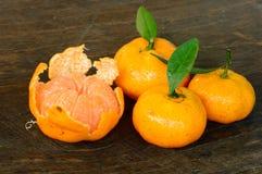Fruit de mandarine avec la feuille verte sur le plancher en bois Image stock