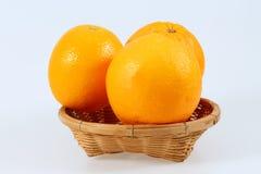 Fruit de mandarine dans le panier d'isolement sur le fond blanc Image libre de droits