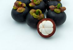 Fruit de mangoustan d'isolement sur le fond blanc Les mangoustans est a Image libre de droits
