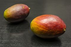 Fruit de mangue sur la table Image stock