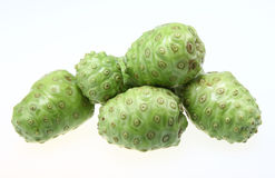 Fruit de Noni Photos stock