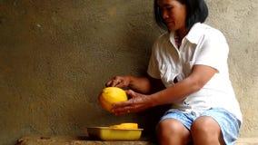 Fruit de papaye d'épluchage de femme avec le couteau clips vidéos