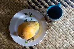 Fruit de papaye de plat avec la tasse de thé ou de café pour le casse-croûte de petit déjeuner image libre de droits