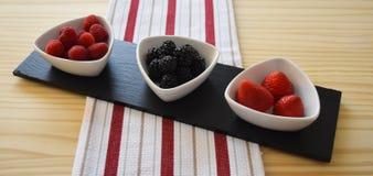 Fruit in decoratieve keukenwaren Royalty-vrije Stock Afbeelding