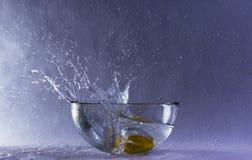 fruit die op het water vallen Stock Foto's