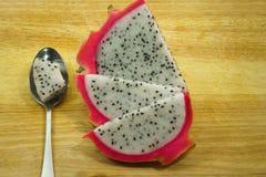 Fruit du dragon coupé en tranches sur la planche à découper Photo libre de droits