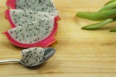 Fruit du dragon coupé en tranches sur la planche à découper Photos libres de droits