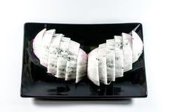 Fruit du dragon dans le plat noir sur le fond blanc Photos stock