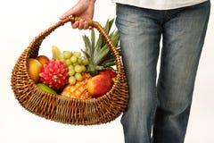 Fruit in een rieten mand royalty-vrije stock afbeeldingen