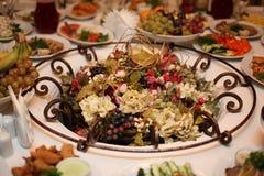 Fruit en bloemen op de lijst, het vegetarische vakantielijst plaatsen Royalty-vrije Stock Foto