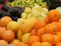Fruit en groenten in de markt stock afbeelding