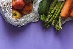 Fruit en groenten op opnieuw te gebruiken zakken met exemplaarruimte stock foto