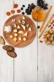 Fruit en kaas op de witte houten lijstverticaal die wordt geassorteerd Stock Foto's