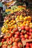 Fruit en plantaardige tribune bij landbouwersmarkt Royalty-vrije Stock Afbeeldingen