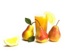 Fruit en sap op witte achtergrond wordt geïsoleerd die Royalty-vrije Stock Foto's