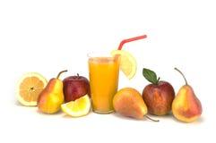 Fruit en sap op witte achtergrond wordt geïsoleerd die Royalty-vrije Stock Afbeeldingen