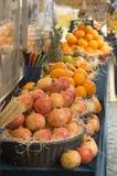 Fruit en saptribune in de straat royalty-vrije stock afbeelding