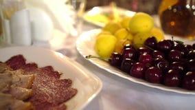Fruit en vlees op de lijst voor Zomer van het banket de Gezonde en heerlijke voedsel stock footage