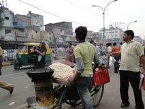 Fruit et casse-croûte indiens de vente d'hommes Photographie stock libre de droits