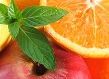 Fruit et lames de menthe. Image stock