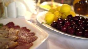 Fruit et viande sur la table Choix difficile Été sain et délicieux de nourriture clips vidéos