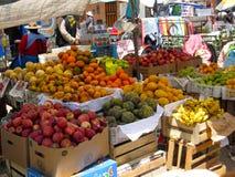 Fruit frais au marché extérieur dans Puno, Pérou Photo libre de droits