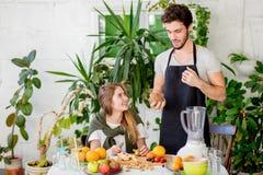 Fruit frais chosing d'homme caucasien bel pour le dessert photos stock