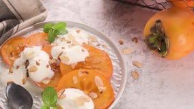 Fruit frais délicieux de kaki banque de vidéos