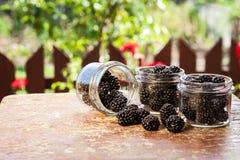 Fruit frais dans un pot sur une table en bois Photographie stock