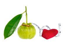 Fruit frais de gomme-gutte de Garcinia avec le coeur rouge et la bande de mesure, Photographie stock libre de droits