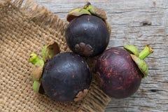 Fruit frais de mangoustan sur le bois Photos stock