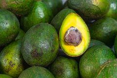 Fruit frais de tranches d'avocat photographie stock libre de droits