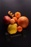 Fruit frais et haltère sur un fond foncé Concept de sport photo libre de droits