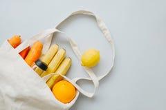 Fruit frais et légumes dans un sac à provisions de toile photo libre de droits