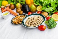 Fruit frais et légumes, grains, et écrous sur un fond blanc Photographie stock libre de droits