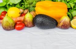 Fruit frais et légumes sur un fond blanc Photos stock