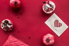 Fruit frais mûr avec la lettre d'amour sur la maquette rouge de vue supérieure de fond Photographie stock