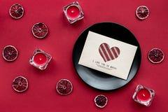 Fruit frais mûr avec la lettre d'amour sur la vue supérieure de fond rouge Image stock