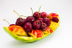 Fruit frais sur la cuvette créative à l'arrière-plan d'isolement Image libre de droits