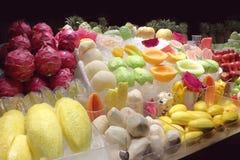 Fruit frais sur la glace dans la stalle images libres de droits