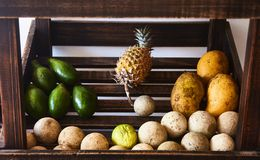 Fruit frais sur le compteur dans le café images stock