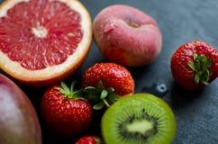 Fruit frais sur une ardoise Images libres de droits