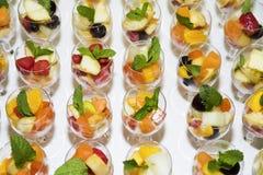 Fruit in Glazen Diafruit voor banket of huwelijk royalty-vrije stock afbeelding