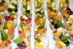 Fruit in Glazen Diafruit voor banket of huwelijk stock afbeeldingen