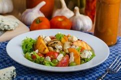 Fruit grillé avec du fromage bleu et la salade photo libre de droits